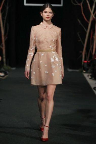 FOTO #6: Modelo con vestido durazno y florecitas en blanco