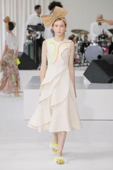 FOTO #10: Modelo con vestido con detalles neón