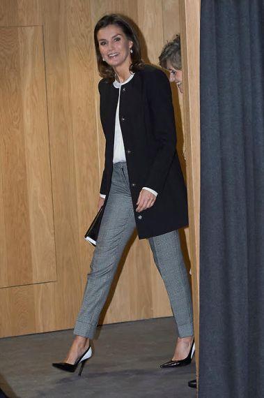 Parece que Doña Letizia hubiera echado de fondo de armario con uno de sus  looks escolares fdd526ec1950
